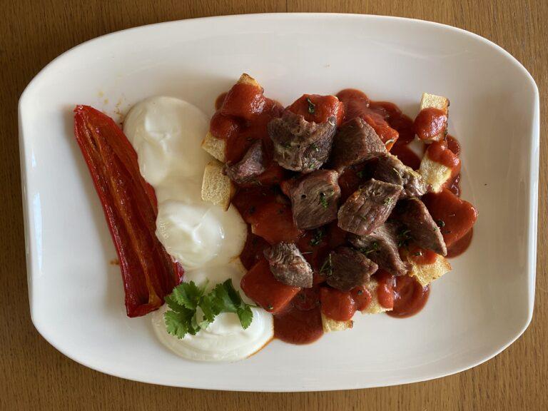 Iskender Kebap ist ein beliebtes und bekanntes türkisches Grillgericht