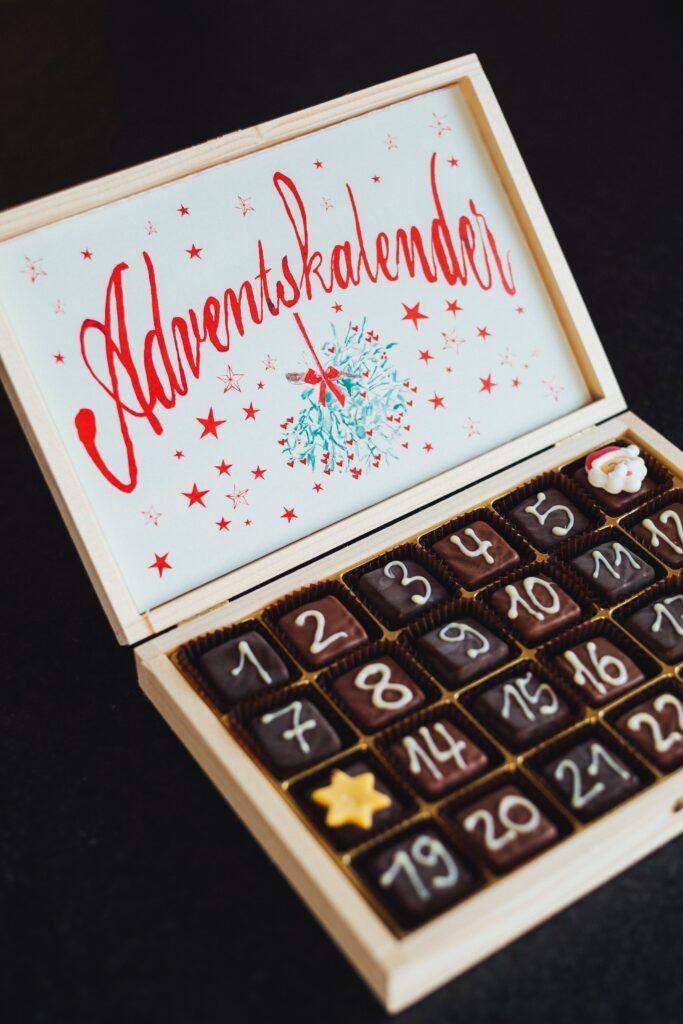 Adventskalender enthalten häufig Schokolade.