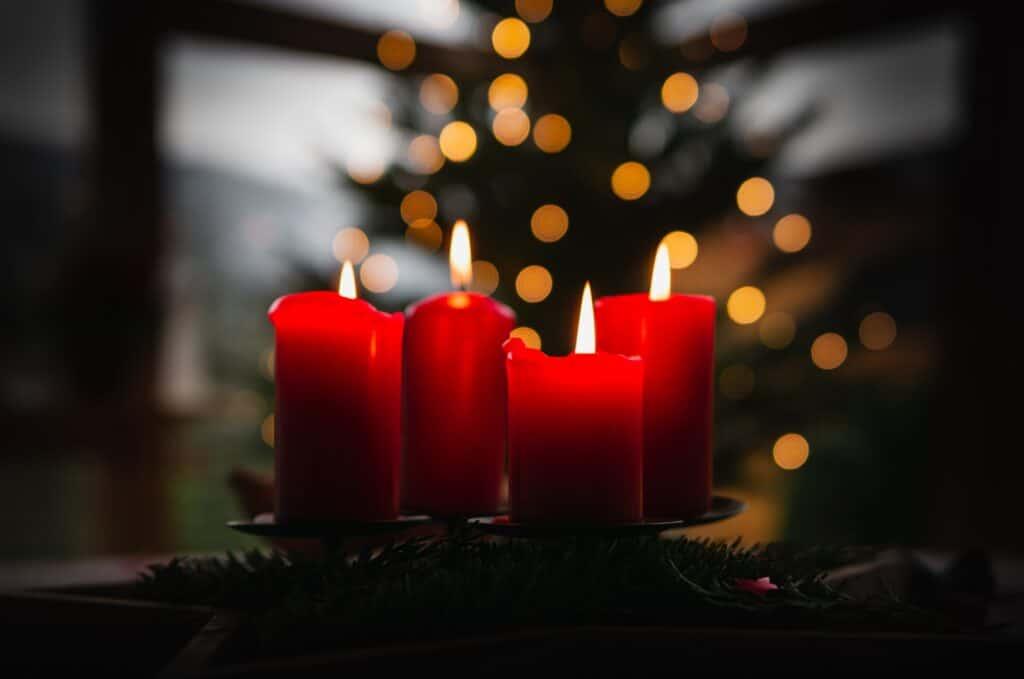 Auch der Adventskranz mit den Adventskerzen ist eine Art Adventskalender.