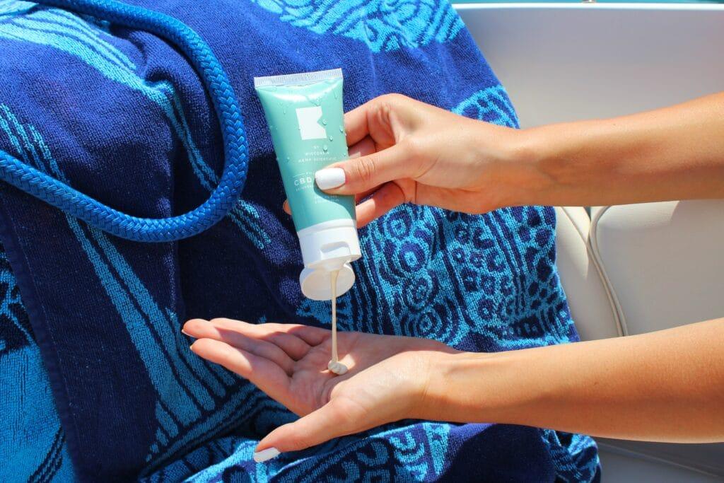 Sonnencreme schützt die Haut vor Sonnenbrand und UV-Strahlung