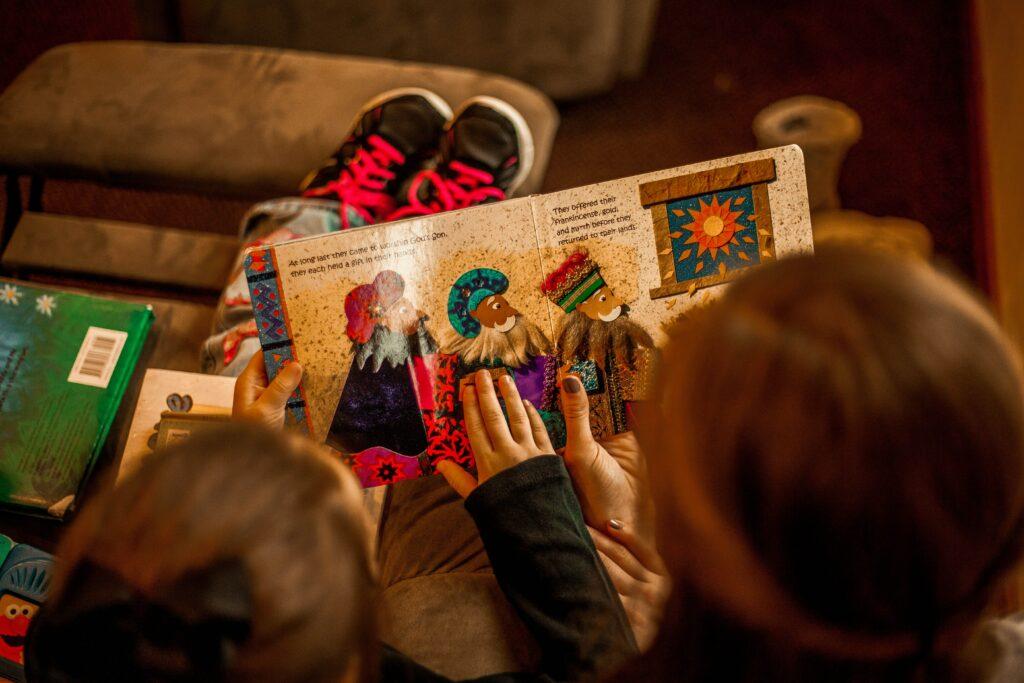 Kinder können an heißen Sommertagen in einer gemütlichen Leseecke ein Buch lesen, um sich zu entspannen und von der Hitze erholen zu können.