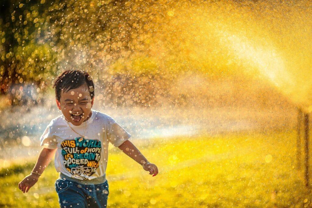 7 Tipps, was man mit Kindern an einem heißen Sommertag machen kann von Schneggi & Spatzl
