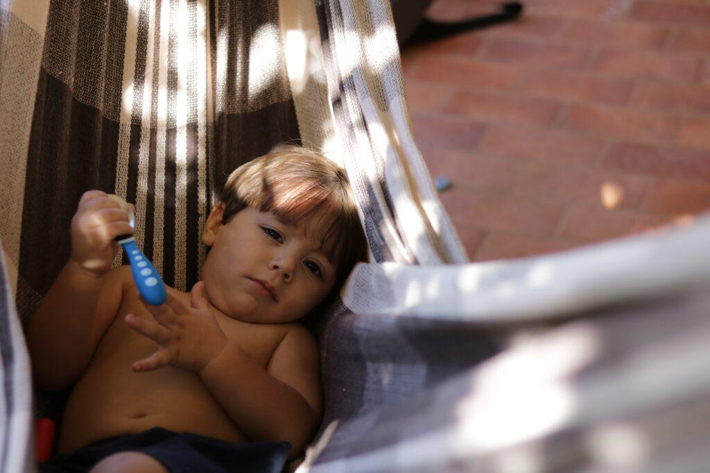 Kinder müssen an heißen Sommertagen auch einmal entspannen - zum Beispiel in einer Hängematte