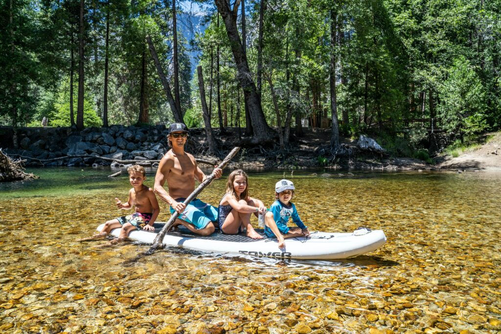 An einem heißen Sommertag im Wasser zu paddeln ist ein Spaß für Erwachsene und Kinder.