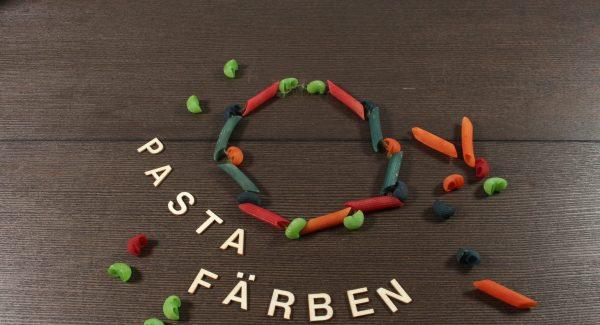 Bunte Nudelketten basteln ist eine schöne DIY-Aktivität von Schneggi & Spatzl